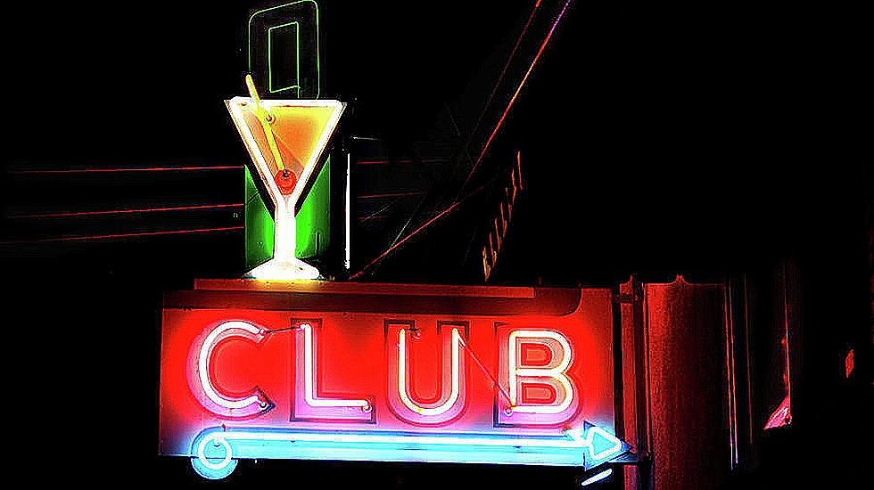 «¿Mujeres de alterne en plantilla o prostitutas autónomas?» la contratación en los clubs