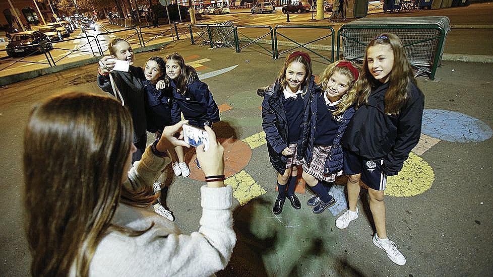 Los adolescentes graban los videos especiales de adolescentes
