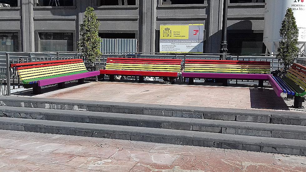 Pintan de rojigualda los bancos gayfriendly de la for Manana abren los bancos en espana